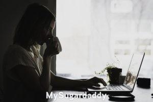 Mujeres jóvenes: En la imagen vemos a una mujer joven leyendo algo en su computadora. Sostiene una taza de te y al parecer se toma su tiempo. La foto esta en blanco y negro, lo cual otorga un lado más melancólico. Tal vez este buscando a su pareja.
