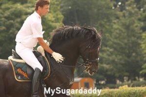 Relación amorosa con un caballero: ¿Cómo es una relación amorosa con un caballero? En la imagen vemos, literalmente, a un caballero. Un hombre montado sobre un caballo. Está vestido de blanco y muestra su clase. El caballo esta galopando y se nota el esfuerzo. El hombre lo guía sin preocupaciones.