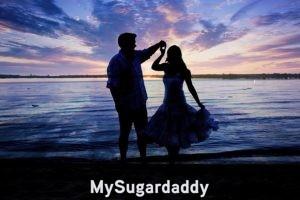 Criterios para elegir un Sugar Daddy: En la imagen vemos un momento inolvidable entre una Sugar Baby y un Sugar Daddy. Disfrutan de un atardecer a las orillas del mar. El cielo esta hermoso, ya que la luz se refleja en diferentes colores