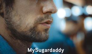Criterios para elegir un Sugar Daddy: aquí vemos una parte del rostro de un hombre. Esta aún oculta, ya que no se sabe que tipo de Sugar Daddy es. Lo único que se puede ver, es que tiene una barba, y una expresión seria.